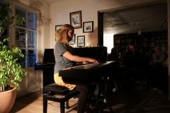FrauKrausert am Klavier